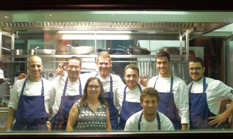 The kitchen staff with mum Rosetta (photo by Tanio Liotta)