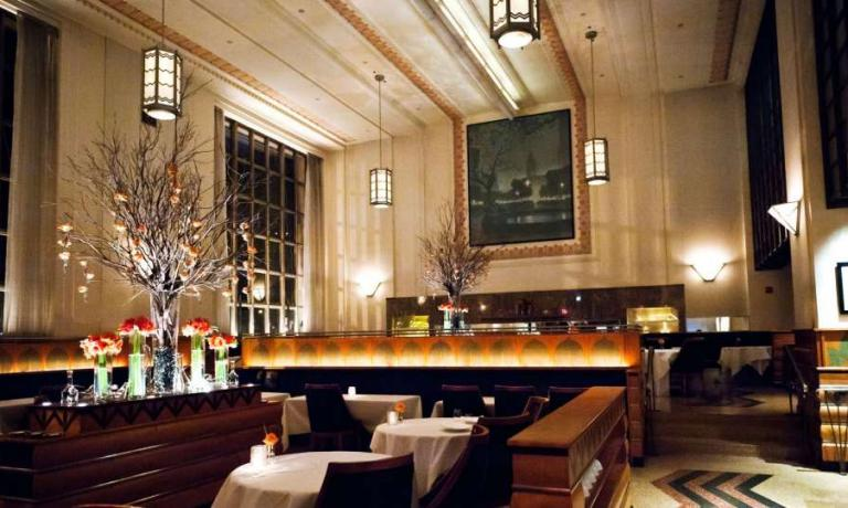 We return to the city of the Empire State Building, guided by Paolo Marchi through his favourite restaurants. The first stop is at the exclusive Eleven Madison Park (tel. +1.212.889.0905) by Swiss Daniel Humm – in these wide rooms there once was a bank