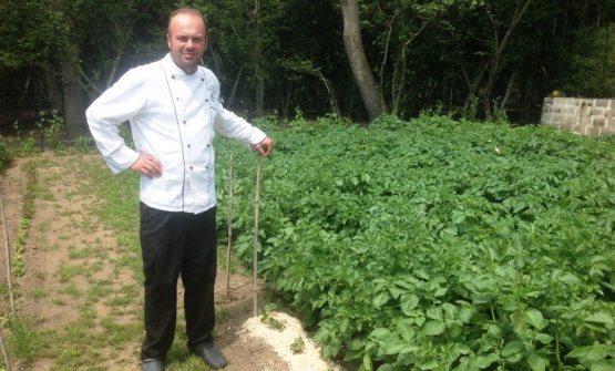 Francesco, in the vegetable garden supplying his restaurant, Moera in Avella (Avellino) tel. +39.081.8252924 (photo obiettivonotizie.it)