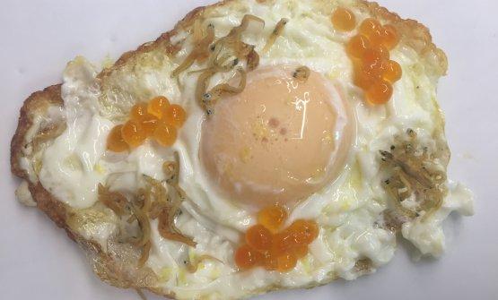 Huevo fritomarino, the egg yolk is made of salmon roe