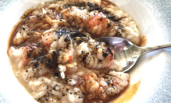 Risotto with prawns, veal nerves and powdered liquorice by Annie Feolde and Alessandro Della Tommasina. Photo Paolo Marchi