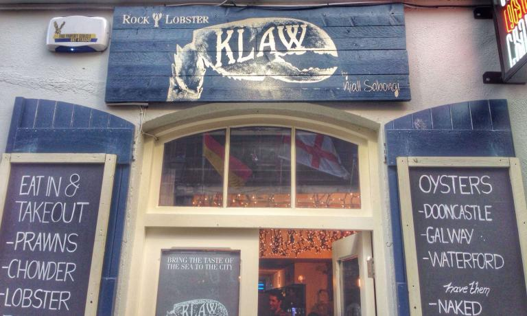 Klaw (5A Crown Alley, Dublin) is a seafood bar opened in July 2015 and is already very trendy among crustaceans and oyster enthusiasts in Dublin. It's a very small and informal place and doesn't accept reservations