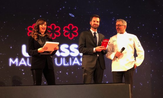 Mauro Uliassi crowned by Marco Do from Michelin Italia. He's the chef from Uliassi in Senigallia (Ancona), the 10th restaurant in Italy to receive 3 Michelin stars