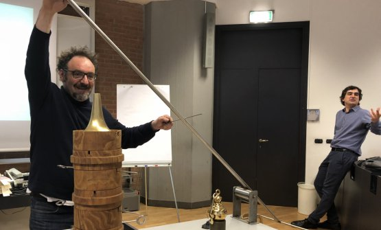 On Thursday Paolo Lopriore and Luca Govoni gave a lesson at Iulm in Milan to the participants of two Master courses in Food and wine communication and Made in Italy. The chef from Como is holding a revolutionary swinging spit