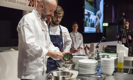 For the eleventh time in a row, Niko Romito from Abruzzo (in the photo with pastry chef Dino Como), gave a speech in Milan focusing his lesson on Intelligenza Nutrizionale, a revolutionary protocol that could change the destiny of hospital and catering food in general. Carlo Passera was moderating