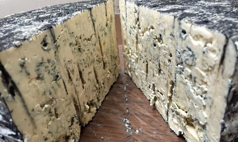 Erica blu, a Stilton-style blue cheese produced by Marco Bernini in his farm La Cavarchella, Via Ca� d�Andrino 6, Pozzol Groppo (Al), fattoriabernini@gmail.com (photo Passera)