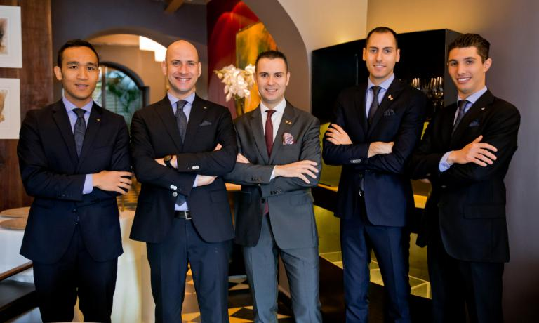 The best service in 2016 according to the author was at Il Pagliaccio directed by Matteo Zappile. In the photo, left to right, Carl Velasquez, Gianni Trani, Matteo Zappile, Luca Belleggia, Giovanni Allemanini (photo Aromicreativi)