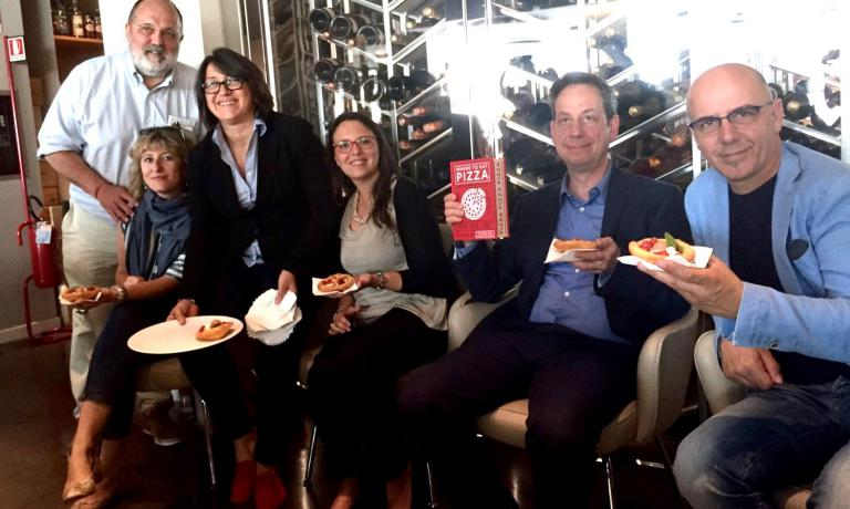 Paolo Marchi, Tania Mauri, host Sandra Ciciriello, Luciana Squadrilli, Daniel Young and Franco Pepe. The meeting in Milan also offered the chance to speak about La Buona Pizza (Giunti), a book by Mauri and Squadrilli, out on 6th July