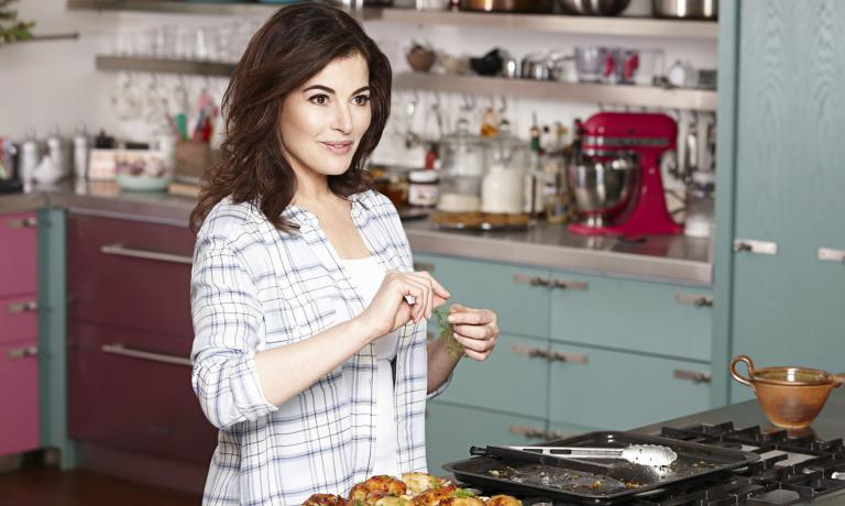 Londoner Nigella Lawson, born in 1960, is one of the most famous people to promote gastronomy in Britain. Her most popular TV programmes include: Nigella Bites, Nigella Feasts, Nigella Kitchen. Her first book How to Eat: Pleasures and Principles of Good Food (1998) sold 300 thousand copies. In the past, she spent a long time in Italy. Her latest visit a few days ago, promoting her book Simply Nigella