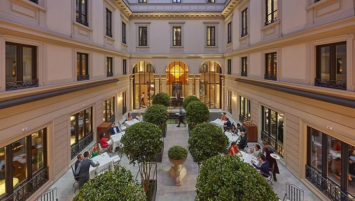 Mandarin Oriental, 5 star luxury hotel with eight years of works before its opening, brought a great chef like Antonio Guida to Milan, assigning him the beautiful restaurant Seta: this is one of the most intriguing novelties to enrich the gourmet scene in town, between the summer and September