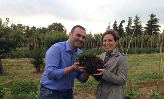 Federica Frattini, owner of Podere San Giuliano, came up with the idea of dedicating part of her land to some special clients. The chefs collaborating with her have thus the chance to have very fresh and more intact vegetables for their dishes. Here, together with Claudio Sordi of La Piazzetta, one of the first to participate in the project, she shows a beautiful salad