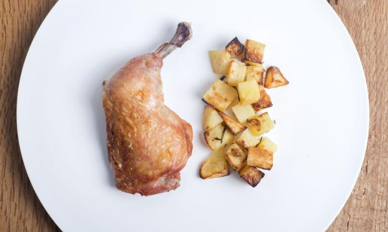"Roasted chicken and potatoes ""alla Romito"": at last there's good food in the hospital (photo Francesco Fioramonti)"