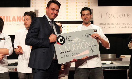 Ettore Beligni, pastry chef at Ristorante Arnolfo in Colle Val d'Elsa, receives the award in the Auditorium from Pierre Cantrel of Valrhona (Foto Brambilla-Serrani)