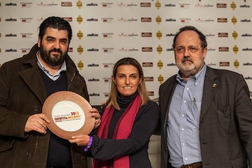 Antonino Cannavacciuolo, chef di Villa Crespi sul Lago D'Orta in Piemonte, premiato da Sara Peirone, Responsabile Top Gastronomy di Lavazza: � suo il premio Tipicit� Italiana in Cucina.
