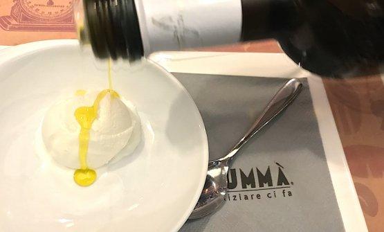 Fiordilatte gelato fromFiorentiniin Faenza and extra virgin olive oil: pure pleasure