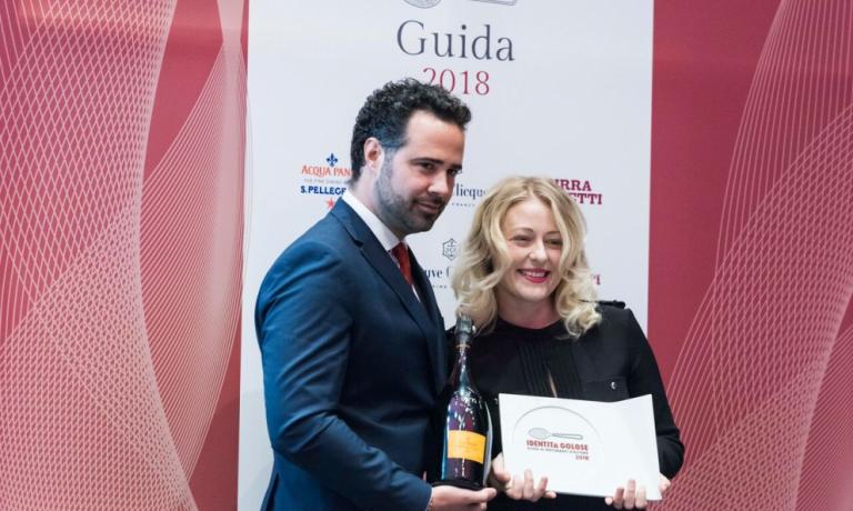 Carlo Boschi, manager ofVeuve Clicquot Italia,awardsRamona RagainiasThe best female sommelierforGuida Identità Golose 2018