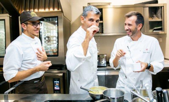RoncerobetweenAlessio Sebastiani, sous chef atIdentità Milano, andJavier Alonso,jefe de cocinaatTerraza del Casinoin Madrid,Roncero's two-starred restaurant