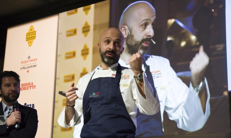 Niko Romito presented this afternoon by Gianluca Biscalchin. The chef of Casadonna in Castel di Sangro (L'Aquila), among other things, dwelled on a set of rules that he summed up in 10 lezioni di cucina [10 cooking lessons] (published by Giunti, in the I Contorni di Piattoforte series, with co-author Laura Lazzaroni). (photo credits Brambilla/Serrani, translation by Slawka G. Scarso)