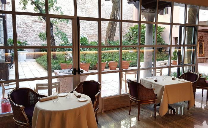 A glimpse of Glam, the restaurant inside Palazzo Venart – a 5 star luxury boutique hotel just opened in Venice. The chef is Enrico Bartolini, two Michelin stars at Mudec in Milan. The Tuscan chef discovered the synergic vegetable garden in Giudecca, a significant source of vegetables. Is this a green example for Venetian restaurants to follow?