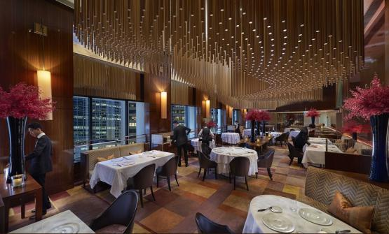 The luxurious dining room at restaurant Amber in Hong Kong, French-Asian cuisine signed by a Dutch chef, Richard Ekkebus (photo Amber)