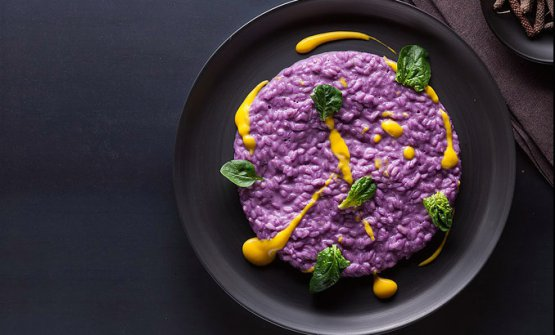 "Risotto with red cabbage and saffron by Masanti (photo by Michele Tabozzi, from ""Affumicare. Tecniche e ricette"", published by Bibliotheca Culinaria)"