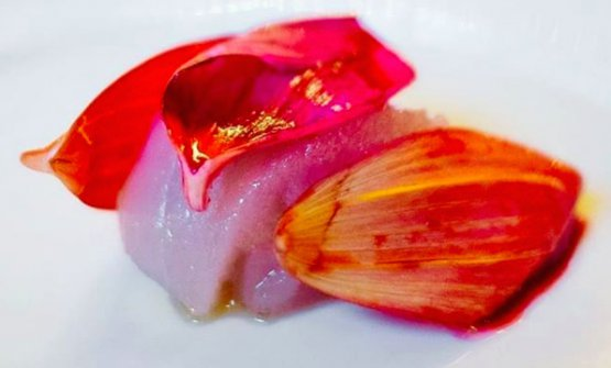 Raw white tuna, veal and dahlia (photo Le Clarence/Instagram)