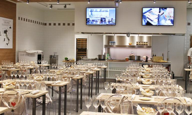 La Scuola at Eataly Chicago, the store located on 43, East Ohio Street. From Tuesday 14th to Thursday 16th October, this will be the location for the first edition of the Italian Food and Wine Festival, with 30 wineries selected by the Merano Wine Festival and important Italian chefs (photo credits terryssecondhelpings.blogspot.it)