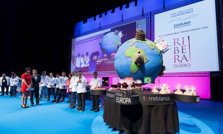 During the opening ceremony of the 18th edition of Gastronomika, the great Spanish pastry chef Paco Torreblanca presented a huge cake dedicated to the congress. In the shape of a globe, to portray the international approach of this year's programme
