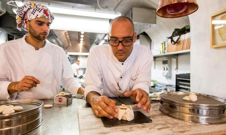 Vegan chef Simone Salvini (here together with Luca Cimini who works with him in the kitchen of the new Lord Bio in Macerata) tells us how after a careful research he has found the right way to make meringues... without eggs. Thanks to legumes� cooking water