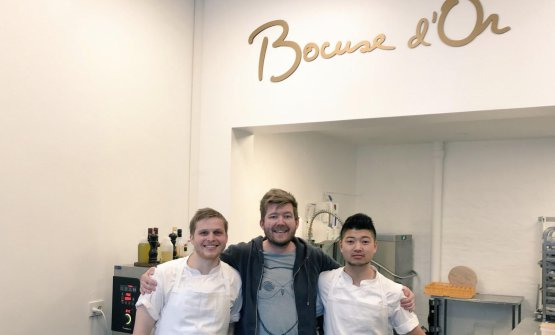 Kenneth Toft-Hansen, in the middle, with the two collaborators helping him in the European finals of the Bocuse d'Or. The Danish chef is supported by captain Rasmus Kofoed, chef at Geranium in Copenhagen and winner of the competition in 2011