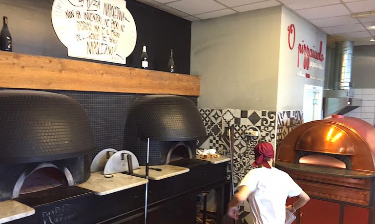 On Tuesday 26th January 2016 in Naples, Guglielmo Vuolo's pizzeria inside Eccellenze Campane hosted a confrontation between pizzas cooked in very different ovens. The two on the left, both black, are the typical wood ovens, to the right, instead, there's an electric oven called Scugnizzonapoletano, offering the same performance as a traditional one despite being open in front