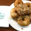 Second stop, at Krinos (Aiolou 87): since 1922 it is the temple of loukoumades, pancakes fried in sesame oil and covered in honey and chopped almonds (loukuma is a word of Arab origins meaning nibble). A 6-piece portion costs 3.60 euros